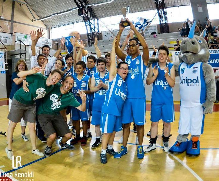 Complimenti ai ragazzi della squadra di pallacanestro Briantea84, premiata da HUMANA in occasione della finale del campionato italiano, organizzata dalla FISDIR (Federazione italiano sport disabilità intellettiva relazionale) lo scorso 22 giugno, a Cantù!  #solidarietà #humana #basket #italy #humanapeopletopeople