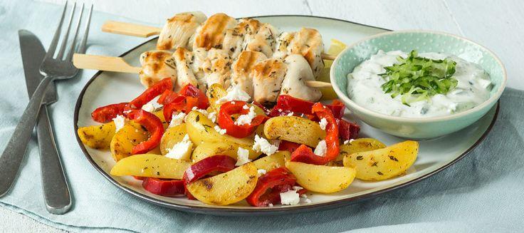 Ook dol op de Griekse keuken? Probeer deze griekse aardappelschotel met kipspiesjes