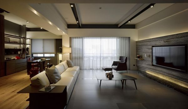 In addition to plenty of exposed wood and marble, the home is careful to incorporate natural lighting wherever possible. By using glass walls to separate the bedroom from the main living areas, light is allowed to flood in, even in the absence of windows.