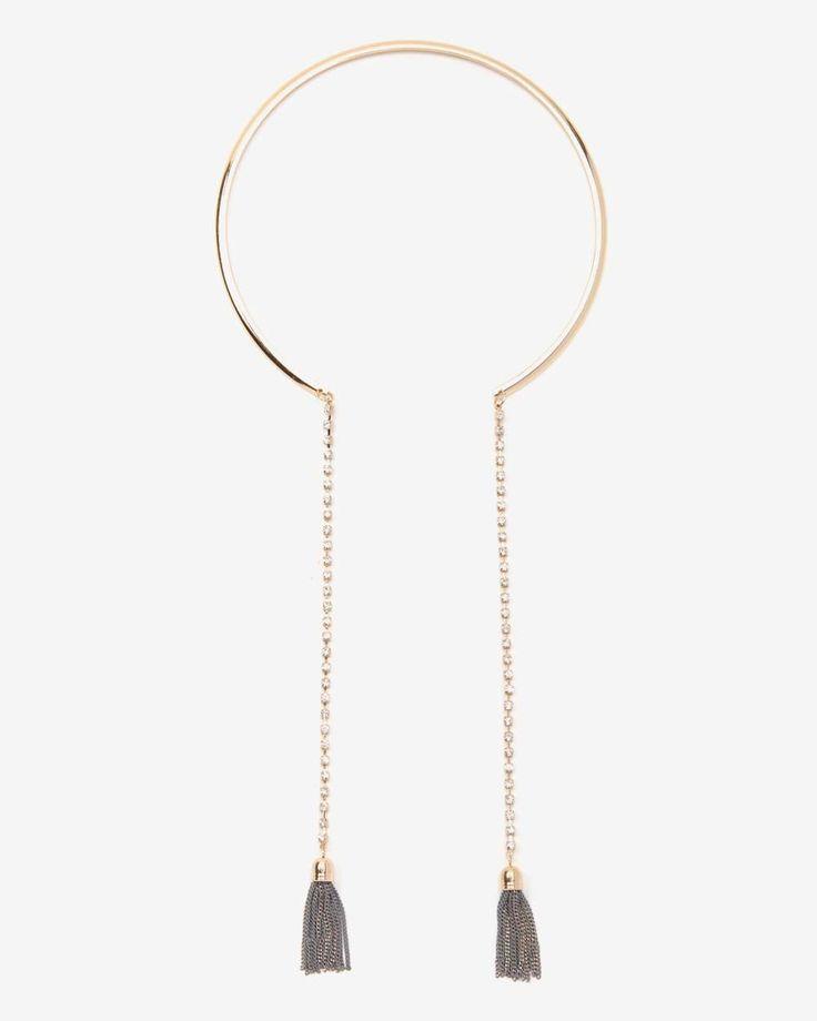 Ce collier à pampilles ajoutera du style à votre garde-robe. Polyvalent, il se porte autant avec vos tenues carrière que décontractées.