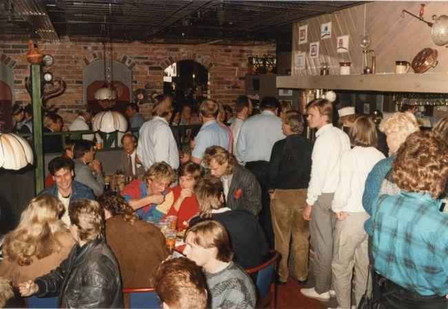 Matkailijoita lounaalla. Kantakievari Luosto, Sodankylä 1988. Kuva: Hotelli- ja ravintolamuseo. #kadonnutkasari #kasari