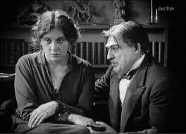 La Souriante Madame Beudet - Na França, os cineastas entre 1919 e 1929 começaram um estilo chamado de Cinema Impressionista Francês ou cinema de vanguarda (avant garde em francês).