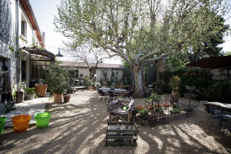 This beautiful 19th century farmhouse was renovated in 2007 and has a magnificent interior courtyard, a bassin and hundred year-old trees (chestnut, plane, pine). The property comprises a main livin [...]