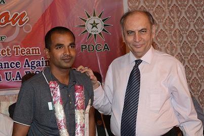 Proff. Ejaz Ahmed Farooqui encouraging Farhan Saeed