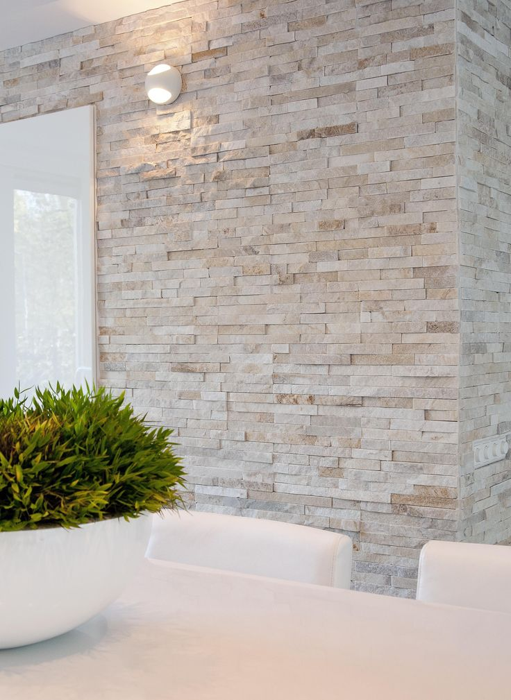 palest stone wall against crisp contemporary white - Natuursteenstrip van Barroco. Close up foto van de Barroco natuursteenstrips www.barroco.nl