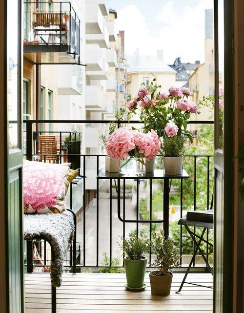 Leuke inspiratie voor je balkon! Pas de kleur van je bloemen aan je accessoires op je balkon. Dit ziet er toch geweldig uit?! :)