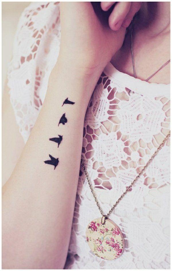 tattoo am handgelenk ideen schwarze vögel