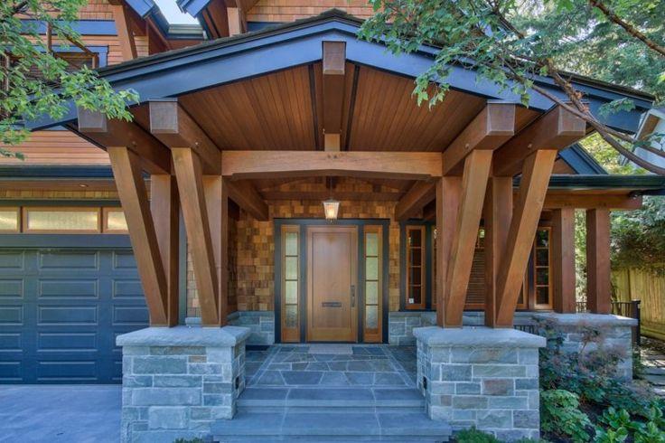 toiture en bois massif pour le porche en pierre