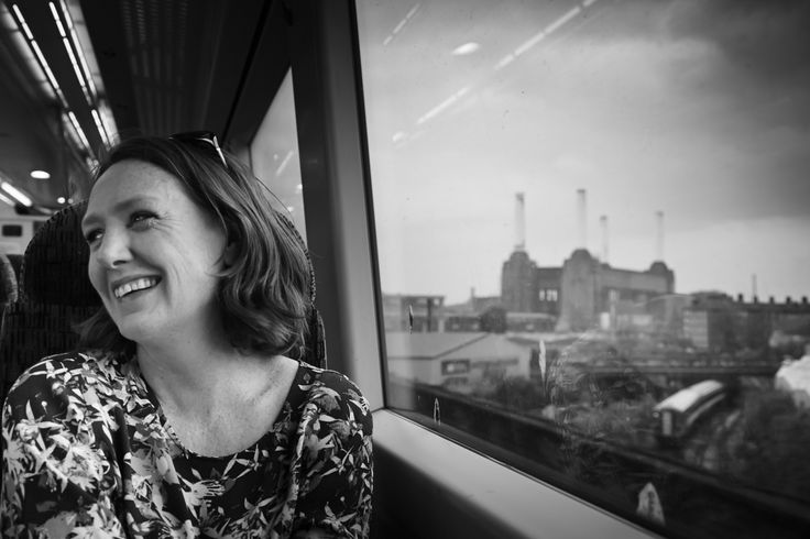 «L'atmosfera di La ragazza del treno è cupissima e angosciante nonostante la scrittura sia piatta, e anzi, è proprio attraverso questa piattezza che Hawkins trasmette il senso di stanchezza e di vuoto nei quali la protagonista è immersa» – Se leggo molti libri non sono una persona migliore
