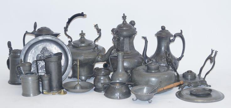 Een kavel diverse antieke tinnen objecten, w.o. samovoir, ketels, kannen, maatbekers enz