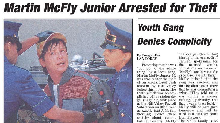 """No filme """"De Volta Para o Futuro 2"""", Doctor Brown lê num jornal que Marty McFly Jr foi preso por roubo. Esse jornal foi o que acabou motivando o doutor a b"""