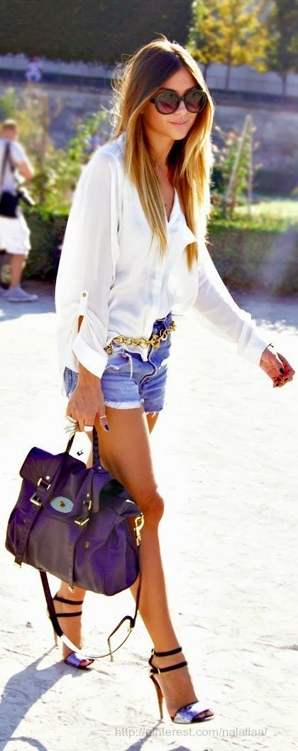This whole look is chic and hippy at the same time. I love how she paired the heels with a loose blouse. Love it!