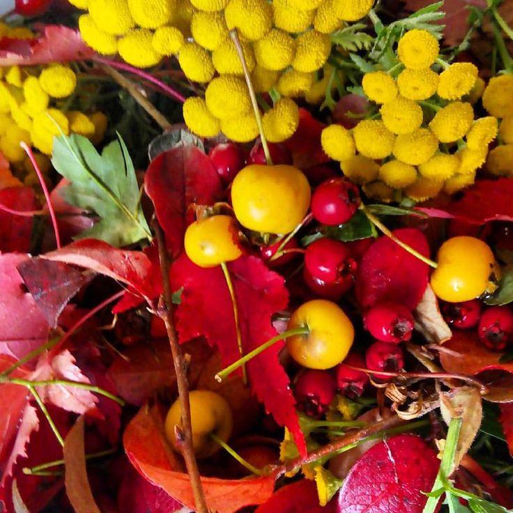 Друзья! 18 и 20 октября пока еще свежи осенние листья, мы будет давать семинар по технике работы с ними, научим составлять гирлянды и выполним венок в оригинальной технике.