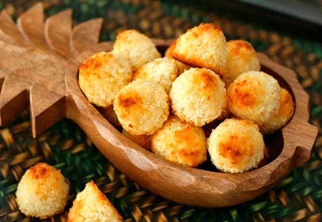 Кокосовое печенье  Ингредиенты:   - кокосовая стружка, 1 1/2 стакана,  - морковный сок, 1/4 стакана,  - корица, 1/2-3/4 ч. л.,  - имбирь, молотый, 1/2 ч. л.,  - молотая гвоздика, щепотка,  - ваниль,  - мускатный орех, 1/8 ч. л.,  - лимонная цедра, 1/2 ч. л.,  - грецкие орехи, 1/2 стакана,  - кленовый сироп или мед, 1/4 стакана,  - соль, щепотка.  Смешайте в миске морковный сок и кокосовую стружку. Добавьте остальные ингредиенты и перемешайте. Из полученного теста сформируйте шарики. Выложите…