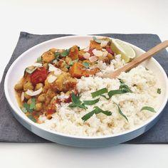 Bloemkoolrijst met groentekorma, een light curry geserveerd met rijst gemaakt van bloemkool, naar een recept van Jamie Oliver...