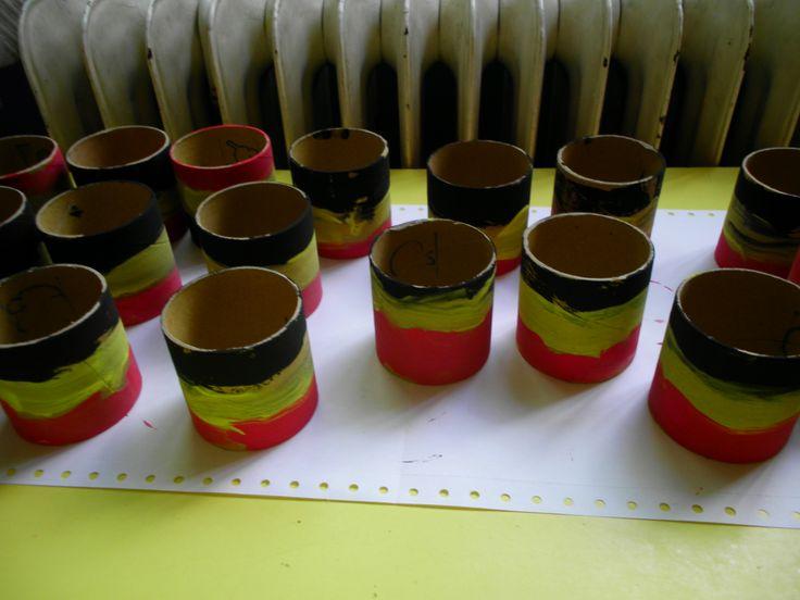 Zweetbandjes knutselen in de juiste kleuren; *liestr*