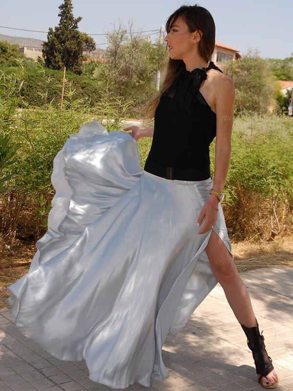 Μακριά φούστα σατέν με άνοιγμα μπροστά σε ανοικτή απόχρωση του γκρι.