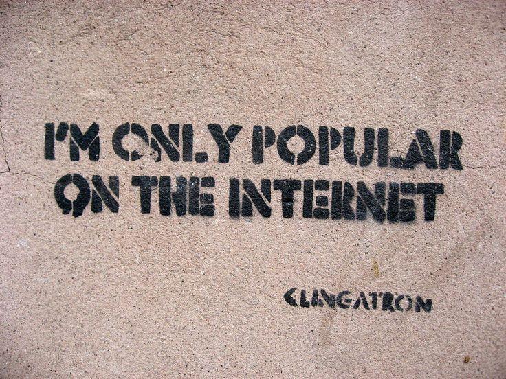 """Identidad digital: """"Yo solo soy popular en Internet"""", esto hace reflexionar como la identidad en la Red, en algunos casos puede no acercarse a la realidad, debido a diversos motivos que llevan a las personas a crear una identidad diferente. Además, la palabra """"solo"""" remarca aún más este interrogante, puesto que tras un ordenador, tablet o incluso teléfono móvil, nadie puede saber cómo somos, cómo es nuestra apariencia física o incluso nuestra edad."""