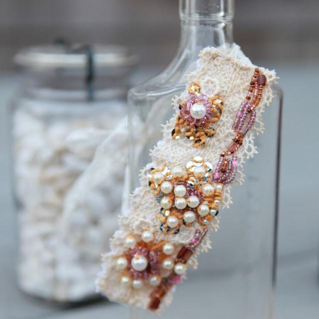 zelf maken armband van kraaltjes en lint, met tutorial op de website