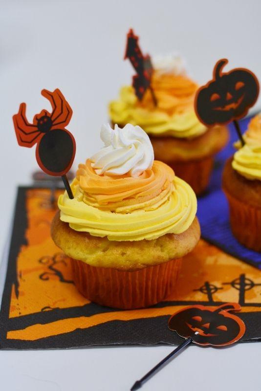 Conoscete le candy corn? In America sono le caramelle di Halloween per eccellenza! E questi cupcakes si ispirano proprio a loro, per festeggiare con colore la festa più mostruosa che ci sia...pronti a preparare queste cupcake? Sono ideali per la #merenda ma anche per la #colazione!  Scopri la ricetta di #Halloween...