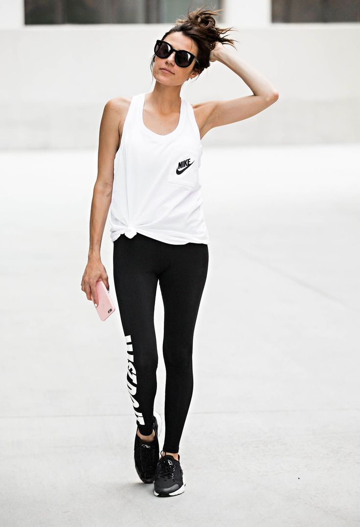 I adore this gym outfit. I love how everything is black and white. Plus, I ove how she styled her Nike tank with a small knot on the side.