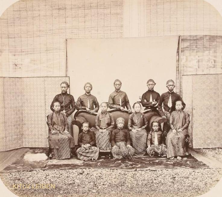 De regent van Koedoes, Raden Mas Toemenggoeng Tjondronegoro (ook genaamd Poerwolelono), temidden van familieleden