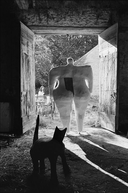 Niki de Saint Phalle at work in front of her studio, nearby Soisy-sur-Ecole, 1967
