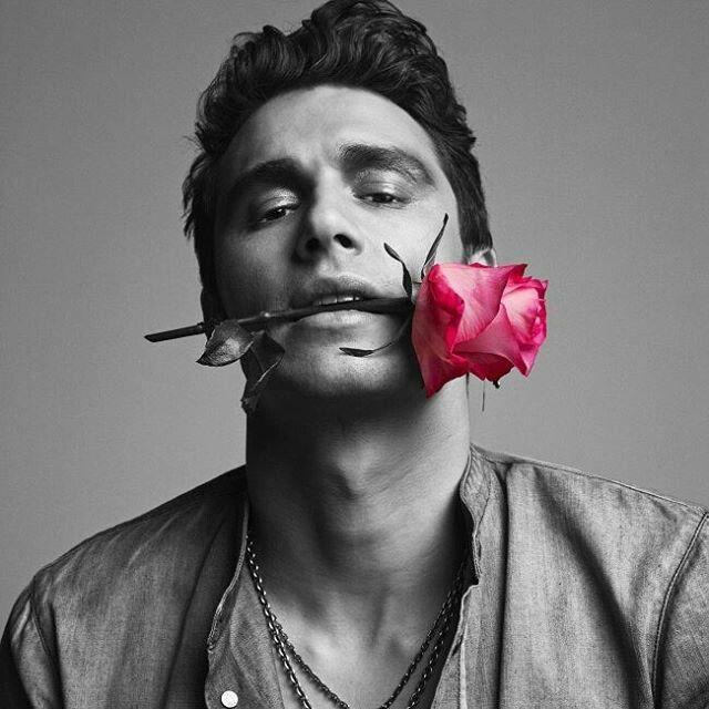 Картинки парня розой в зубах