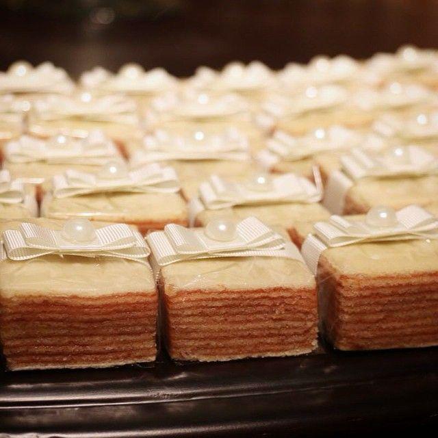 Bom dia! Que tal distribuir bem casados de bolo de rolo no seu casamento? É uma opção regional, original e muito saborosa!  #bemcasados #nakedcake #boloderolo #bolopernambucano #marlyelucinhacascao #oficinadoacucar #noivas #casamento