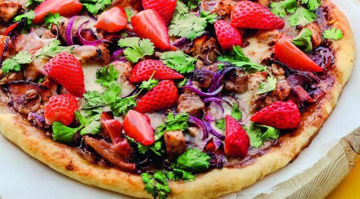 Пицца с курицей, беконом и клубникой