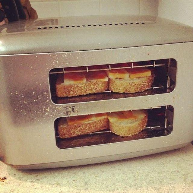 Если перевернуть тостер на бок