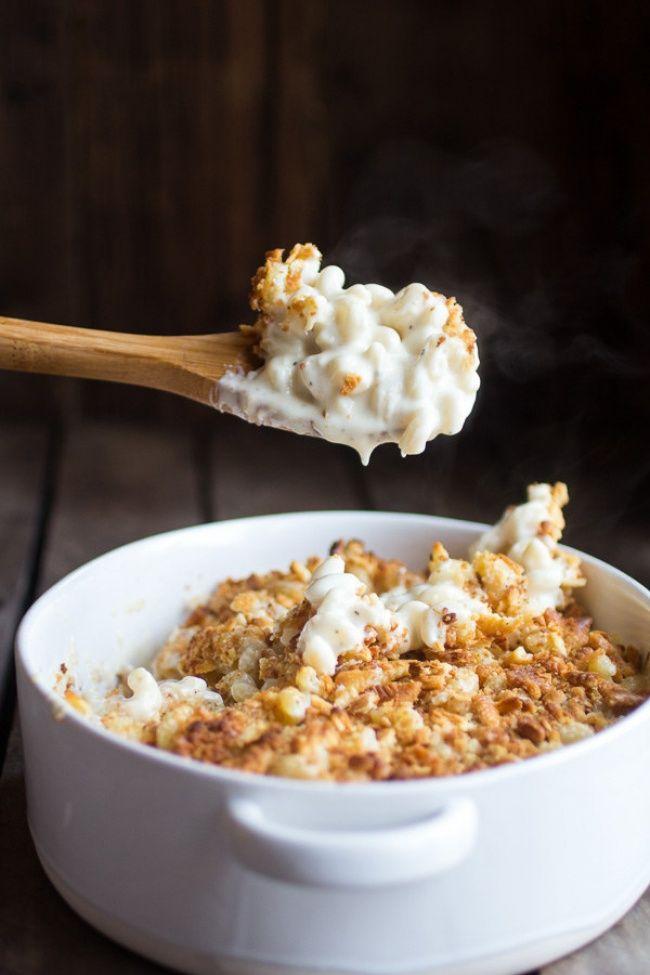 В большой кастрюле с подсоленной водой отварите макароны до состояния al dente. Добавьте 3 столовые ложки сливочного масла в сковороду и растопите на огне. Добавьте чеснок и обжаривайте его 30 секунд, затем бросьте туда измельченные сухари и жарьте смесь в течение 3-5 минут, часто помешивая.