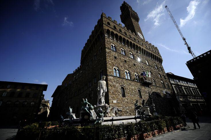 Stefano Ricci prende spunto dalla sfilata di Ferragamo al Louvre e presenta l'alta moda maschile agli Uffizi di Firenze.