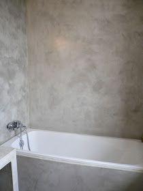 Accès depuis le bureau à la salle de bain du haut ; réalisation 2009. Murs et meuble en béton ciré ; sol en carreaux de ciment peints ancie...