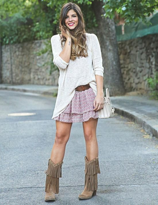 Cómo combinar botas de flecos. ¡Los flecos están más de moda que nunca! Podemos verlos en bolsos, chalecos, vestidos o botas y con ellos puedes conseguir una apariencia étnica, muy sensual y femenina. Si tienes unas botas de flecos...
