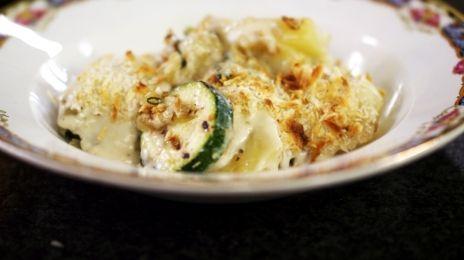 Eén - Dagelijkse kost - courgetteschotel met aardappel, ui, salie en Taleggio-kaas | Eén