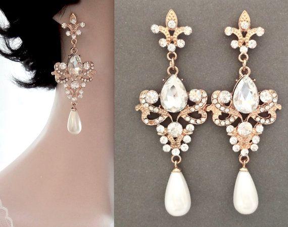 Goldene Perle Ohrringe Anweisung ~ Braut Ohrringe. Ich bin so froh, bieten diese großen Perle detaillierte und klare Kristall Strass, Kronleuchter, Anweisung Ohrringe.  Sie sind hohe Qualität und voller Glanz. So dass sie perfekte Brautschmuck. Das Design, Fleur de Lis ~ bedeutet französische Königtum ~ Hochzeit Ohrringe  Die Perle gezeigt ist unsere makellosen 18mm weißen Muschel Perle. Ich kann auch diese mit einem 15 mm Elfenbein Creme Perle machen.  Die weiße Muschel Perlen hängen mit…