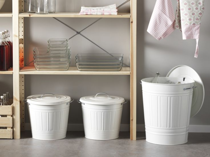 KNODD ton met deksel | IKEA IKEAnl IKEAnederland designdroom inspiratie wooninspiratie interieur wooninterieur kinderkamer kinderen kind kids spelen speelkamer opbergen opberger vuilnisbak vuilnis prullenbak wit badkamer balkon keuken kantoor IVAR stellingkast