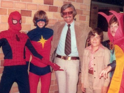 arcaneimages:  Stan Lee pickpockets young fans