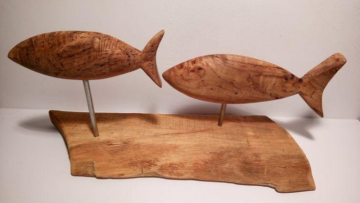 """Деревянная скульптура """"рыбы""""."""