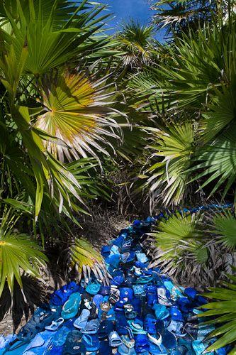 Non arte spazzatura, bensì spazzatura che diventa arte. Potremmo riassumere così Washed up, ultimo lavoro dell'artista e fotografo di origine messicana Alejandro Duran, che immortalando artisticamente le tonnellate di spazzatura che ogni giorno si depositano in uno dei luoghi più belli del nostro pianeta prova a farci riflettere criticamente sul nostro modo di vivere e consumare.