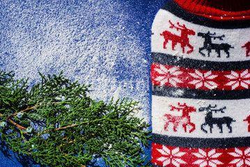 Sfondo natalizio con renne, foglie di pino e neve  #celebrazioni #dicembre #festività #foglie #inverno #natale #natura #neve #pietre #pino #rami #renne #sfondo #sfondonatalizio #stagione #tuiaorientale #verde