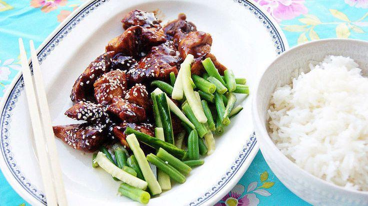 Kinesisk kylling med frisk salat - Her er en kyllingen som koser seg i marinaden, og siden i ovnen, mens du har god tid til å lage salaten, koke ris, og prate med gjestene. Oppskriften er fra matblogger Mette Lindgren med bloggen «My food passion».
