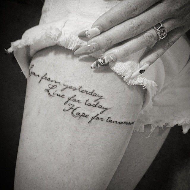 足,女性,太もも,スクリプト,筆記体,レター,ワンポイント,文字タトゥー/刺青デザイン画像