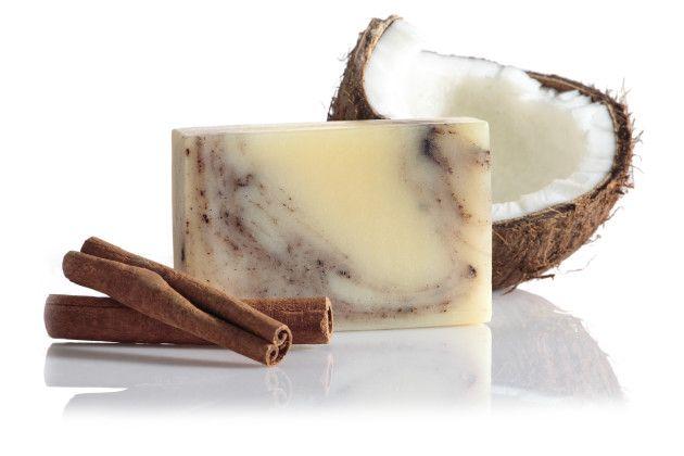 Za svoju hebkú jemnosť vďačí okrem kokosového oleja aj bambuckému maslu, krásnu vôňu mu dodáva čistý škoricový olej. Vďaka svojmu obsahu čistého škoricového oleja pomáha v boji proti celulitíde.