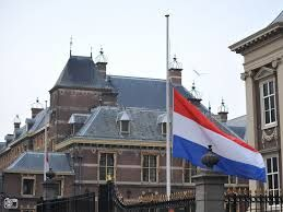 Op 4 mei 2015 de vlag halfstok
