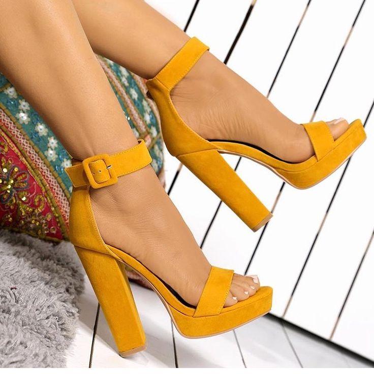 изготовленная модная женская обувь картинка расположен