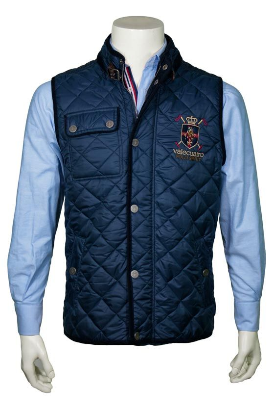 Chaleco husky Valecuatro azul marino sobre camisa de la misma firma. Moda hombre Otoño Invierno.