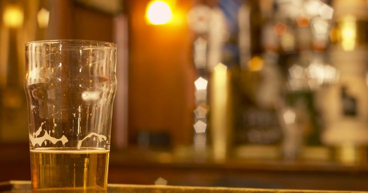 El proceso de entrega de los distribuidores de cerveza . El proceso de entrega de la cerveza comienza en el almacén. Los distribuidores recogen la cerveza de la fábrica y la guardan en un almacén de temperatura controlada. Las flotas de camiones se mantienen para entregar inventario a los minoristas.
