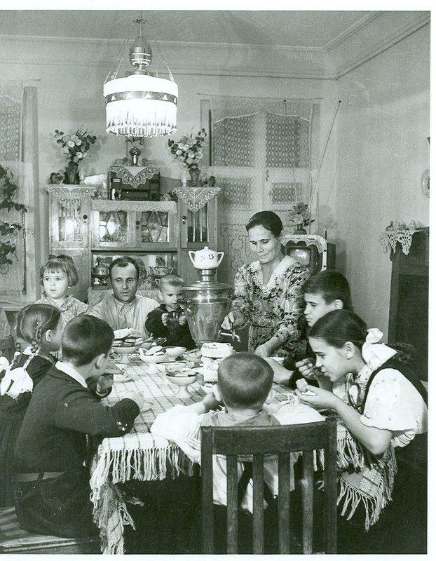 1956 год. Киев. Семья электромонтера Бабича после переезда на новую квартиру